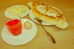 Khachapuri, raditional georgisches Käse-gefülltes Brot Ajarian-styl Lizenzfreie Stockbilder