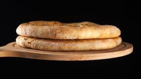 Khachapuri tradicional georgiano de la comida en el plato de madera en fondo negro fotografía de archivo