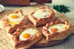 Khachapuri w Adjara z jajkiem Gruzi?ska kuchnia obraz stock