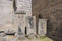 Khachkar är en forntida sten, en arg sten De lokaliseras på territoriet av den Tatev kloster fåtöljer Arkivfoton