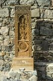 Khachkar от Jugha, высекаенного в XVI веке и своем экземпляре, установлено вдоль дороги водя к монастырю Gegard стоковые изображения