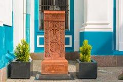 Khachkar -与一个十字架的一个被雕刻的图象的石头在装饰品的,捐赠由亚美尼亚使徒教会 免版税库存照片