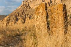 Khachkar -在日落的传统亚美尼亚跨石头在Areni村庄,南亚美尼亚附近的山 库存照片