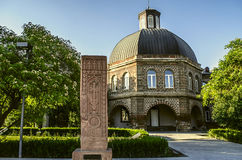 Khachkar antique devant le bâtiment de l'académie théologique de Gevorkyan Photographie stock