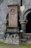 Khachkar (stenkors) på den medeltida kristenSanahin kloster Arkivbild