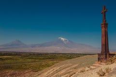 Khachkar trasversale di pietra sulla collina del monastero di Khor Virap Montagna l'Ararat su fondo L'Armenia d'esplorazione Conc Immagine Stock