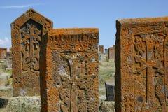 Khachkars (armenische Quersteine) in Noratous Lizenzfreie Stockfotos