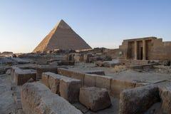 Khafre和老纪念碑金字塔  图库摄影