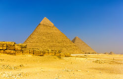 Khafre和胡夫金字塔的看法在吉萨棉 免版税库存照片
