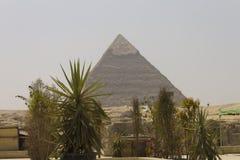 Khafre金字塔与工厂的在它前面 库存照片