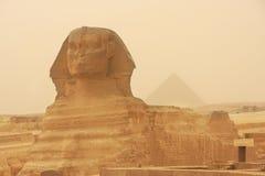 Khafre,开罗狮身人面象和金字塔在沙尘暴的 免版税库存图片