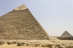 Khafre Pyramide mit Menkaure Pyramide in der Rückseite Lizenzfreies Stockbild