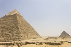 Khafre Pyramide mit Menkaure Pyramide in der Rückseite Stockfoto