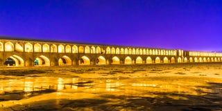 Khajoo桥梁在夜之前在伊斯法罕-伊朗 免版税库存照片