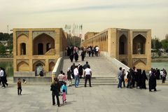 Khaju桥梁的人们在伊斯法罕,伊朗 库存照片