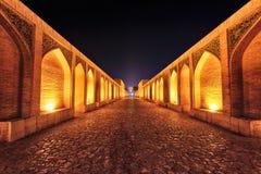 Khaju-Brücke nachts in Isfahan, der Iran, im Januar 2019 eingelassenes hdr genommen stockfoto