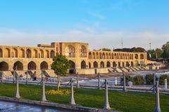Khaju-Brücke über Zayandeh-rud Fluss am Morgen, Esfahan, der Iran Lizenzfreie Stockbilder