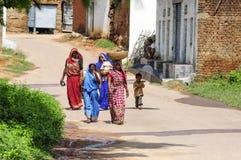 Khajuraho, Индия, 17-ое сентября 2010: Индийские женщина и дети Стоковые Изображения