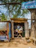 KHAJURAHO INDIEN - DEC 21, 2014: Oidentifierat folk i en yrkesmässig frisör i gatasalong Khajuraho är liten Royaltyfria Foton