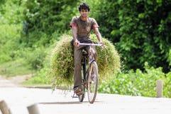 Khajuraho Indien, september 17, 2010: Ung man som transporterar på Arkivbilder