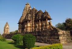 Khajuraho tempelgrupp av monument i Indien med erotiska skulpturer på väggen Royaltyfri Fotografi