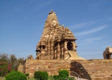 Khajuraho tempelgrupp av monument i Indien med erotiska skulpturer på väggen Arkivbilder