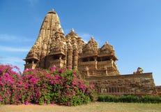 Khajuraho tempelgrupp av monument i Indien med erotiska skulpturer på väggen Royaltyfri Bild
