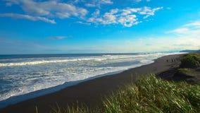 Khalaktyrsky海滩 海景堪察加半岛:火山的沙子海滩的看法在太平洋 俄罗斯远东 股票录像