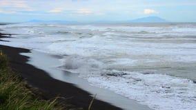 Khalaktyrsky海滩 海景堪察加半岛:火山的沙子海滩的看法在太平洋 俄罗斯远东 股票视频