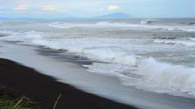 Khalaktyrsky海滩 海景堪察加半岛:火山的沙子海滩的看法在太平洋 俄罗斯远东 影视素材