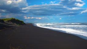 Khalaktyrskystrand Het Schiereiland van zeegezichtkamchatka: mening van het strand van vulkanisch zand in Vreedzame Oceaan Ruslan stock videobeelden