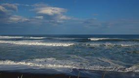 Khalaktyrskystrand Het Schiereiland van zeegezichtkamchatka: mening van het strand van vulkanisch zand in Vreedzame Oceaan Ruslan stock video