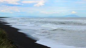 Khalaktyrskystrand Het Schiereiland van zeegezichtkamchatka: mening van het strand van vulkanisch zand in Vreedzame Oceaan Ruslan stock footage