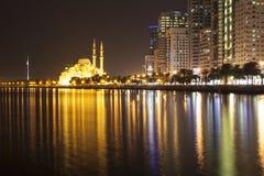 Khalid Lagoon en Al Noor Mosque in de avond Sharjah De V.A.E Stock Fotografie