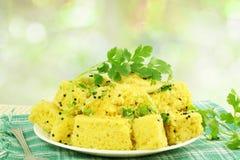 Khaman-dhokla traditionelles gujrati fokussierte indischer Snack-Food-Teller in De Kreishintergrund Stockfotografie