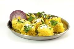 Khaman-dhokla traditionelles gujrati indischer Snack-Food-Teller Lizenzfreie Stockfotos