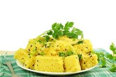 Khaman-dhokla traditionelles gujrati indischer Snack-Food-Teller im weißen Hintergrund lizenzfreies stockfoto