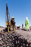 KHAMLIA, MAROCCO: Minatori che lavorano nella miniera a cielo aperto vicino al deserto del Sahara, Marocco immagini stock
