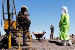 KHAMLIA, MAROCCO: Minatori che lavorano nella miniera a cielo aperto vicino al deserto del Sahara, Marocco immagini stock libere da diritti