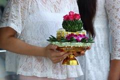 Khan makk of het dienblad van giften worden gehouden op handen van vrouw in Thaise traditionele huwelijksceremonie stock foto
