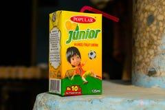 Khan Rahim yar, Punjab, 1,2019 Pakistan-juli: ondergeschikt de drankpak van het mangofruit met vage achtergrond stock fotografie
