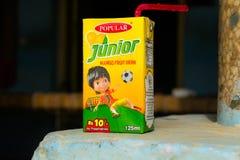 Khan Rahim yar, Punjab, 1,2019 Pakistan-juli: ondergeschikt de drankpak van het mangofruit met vage achtergrond royalty-vrije stock afbeeldingen