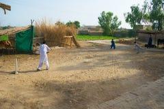 Khan Rahimyar, Punjab, 1,2019 Pakistan-juli: sommige lokale jongens die veenmol in een dorp spelen stock fotografie