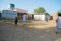 Khan Rahimyar, Punjab, 1,2019 Pakistan-juli: sommige lokale jongens die veenmol in een dorp spelen stock afbeelding