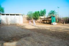 Khan Rahimyar, Punjab, 1,2019 Pakistan-juli: sommige lokale jongens die veenmol in een dorp spelen royalty-vrije stock afbeeldingen