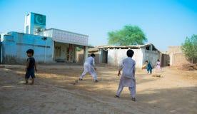 Khan Rahimyar, Punjab, 1,2019 Pakistan-juli: sommige lokale jongens die veenmol in een dorp spelen stock afbeeldingen
