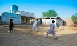 Khan Rahimyar, Punjab, 1,2019 Pakistan-juli: sommige lokale jongens die veenmol in een dorp spelen royalty-vrije stock foto
