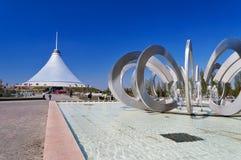 Khan Shatyr is een reuze transparante tent in Astana stock foto