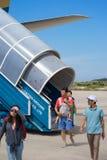 Khanh Hoa, Vietnam - 30. Juli 2016: Passagiere, die auf Luftfahrtboden nach der Landung, mit Flugzeugtreppe auf Hintergrund gehen Lizenzfreie Stockbilder