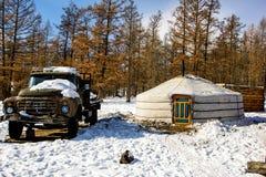 Khanh, Mongólia, Febrary, 24, 2018 Casa de madeira velha no inverno Mongólia perto da floresta com a trilha grande velha do russo foto de stock royalty free